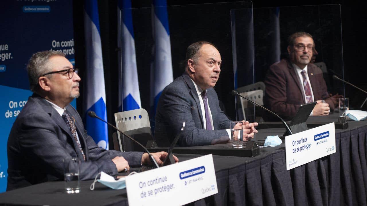 Le ministre de la Santé du Québec, Christian Dubé, entouré du directeur national de santé publique, le Dr Horacio Arruda (à gauche), et du directeur de la campagne de vaccination contre la COVID-19, Daniel Paré (à droite)