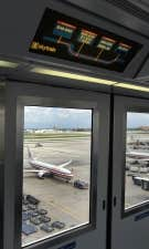 Le tarmac du Miami International Airport vu de son skytrain qui transporte les passagers entre les stations.<br />