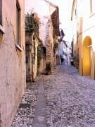 Après avoir été violemment bombardée en 1944 et reconstruite dans les années 1950, la petite ville de Treviso préserve quelques maisons anciennes.