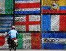 Un mur constitué de drapeaux nationaux lors de la Coupe du monde de soccer 2014 au Brésil.