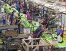 Des employés à l'œuvre à l'usine de Valcourt