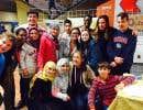 Des jeunes adolescents de la polyvalente Hyacinthe-Delorme, dont des réfugiés syriens nouvellement arrivés, en compagnie d'étudiants en travail social du cégep du Vieux-Montréal et de leur enseignante.
